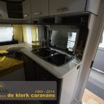 De keuken in de C'Go 415 QL. De keuken is voorzien van een 3 pits gasstel, wastafel en koelkast.