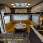 Overzichtsfoto in de 495 FR. Achterin de caravan is een rondzit gerealiseerd. In het midden van de caravan is de keuken. Rondom zijn kasten te vinden.