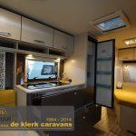 Keuken in de C'Go 495. De keuken heeft een zeer grote koelkast van 142 liter, daarnaast een 3 pits gasstel en een wastafel.