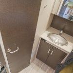 De wastafel en toiletdeur in 535 QSK