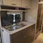Keuken in Dethleffs C'Go 535 QSK. De keuken is voorzien van een 3 pits gasstel