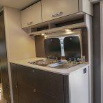 Overzichtsfoto van de Dethleffs C'Go 565 FMK. Op deze foto is de keuken en een deel van de voorkant van de caravan te zien.