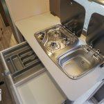 De keuken in de Dethleffs C'Go 565 FMK. De keuken is voorzien van een 3 pits gasstel, een wastafel en voldoende opberglades.