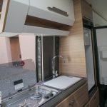 Keuken met koelkast in de Knaus Boxdrive 680 ME First Edition