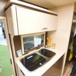 Het keukenblok in de 465 KR. De keuken is voorzien van een 3 pits gasstel, wastafel en voldoende opbergruimte