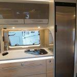 Keuken in de 510 ER Nomad. De keuken is voorzien van een 142 liter koelkast, 3 pits gasstel en voldoende opbergruimte