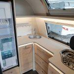 Keuken in Dethleffs Nomad 490 BLF met koelkast en 3 pits gasstel