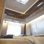Frans bed met veel kastruimte boven het bed in de Dethleffs Nomad 490 BLF