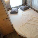 Frans bed en toilet in de Dethleffs caravan Nomad 490 BLF. Het bed en het toilet zijn achterin de caravan te vinden.