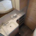Wastafel naast frans bed in Dethleffs Nomad 490 BLF