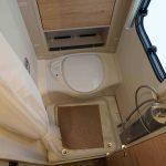 De badkamer in de Dethleffs caravan Nomad 730 fkr. In de badkamer bevinden zich het toilet en een douche.