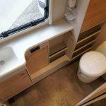 De badkamer in de Dethleffs Nomad. De badkmer is voorzien van een wastafel, veel kasten en het chemisch toilet