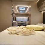 Indeling van de Dethleffs Nomad 650 RQT. Achterin is de badkamer, hiervoor is het queensbed. Midden in de caravan bevinden zich hoge kasten en de keuken. Helemaal voorin is de rondzit.