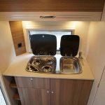Het keukenblok in de Dethleffs C'Joy 420 QSH. Aan de achterzijde van de caravan.