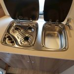 Keukenblok in de Dethleffs C'Joy. Met drie pits gasstel en een wastafel.