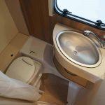 Toiletruimte in Dethleffs C'Joy. De ruimte is voorzien van een chemisch toilet, wastafel en de mogelijkheid om te douchen.