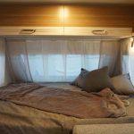 Het vaste bed voorin de Dethleffs C'Joy 420 QSH 2020