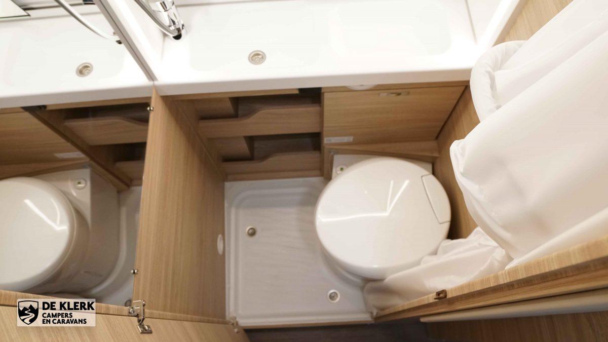 Het toilet met douchemogelijkheid in de Boxstar Lifetime XL